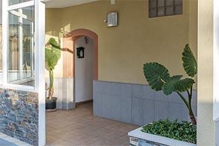 alquiler-apartamentos-miami-platja-entrada-edificio