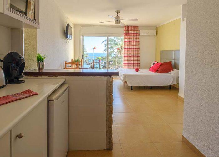 alquiler-estudio-costa-dorada-estudio-9-habitacion-cocina-interior