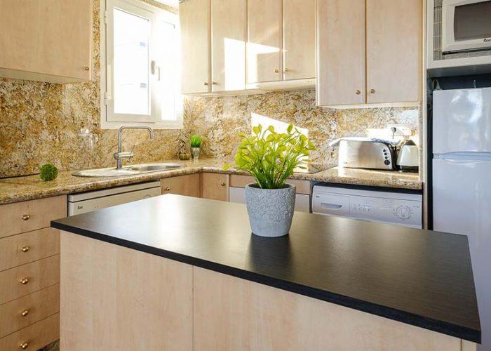 apartamentos-turisticos-playa-apartamento-14-cocina-barra