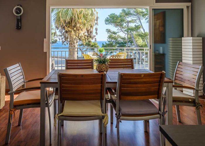 apartamentos-turisticos-playa-apartamento-14-interior-mesa
